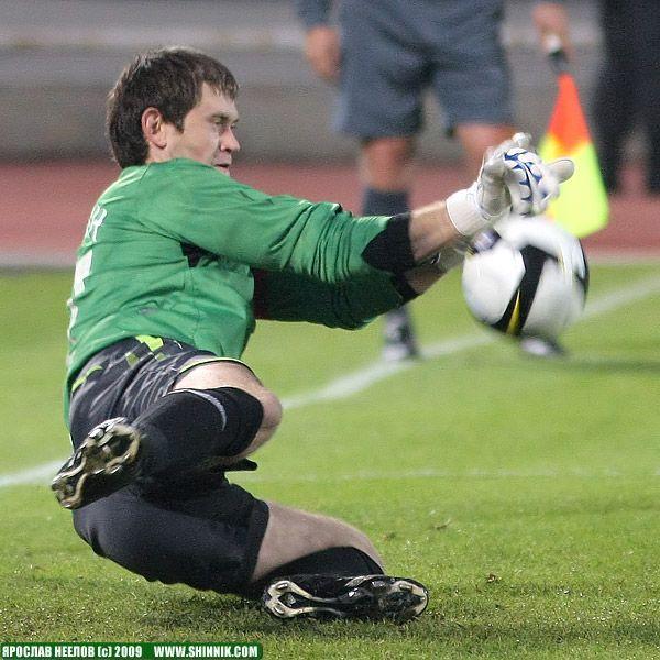 Сергей Правкин берет пенальти от Сергея Даду в матче против «Алании».