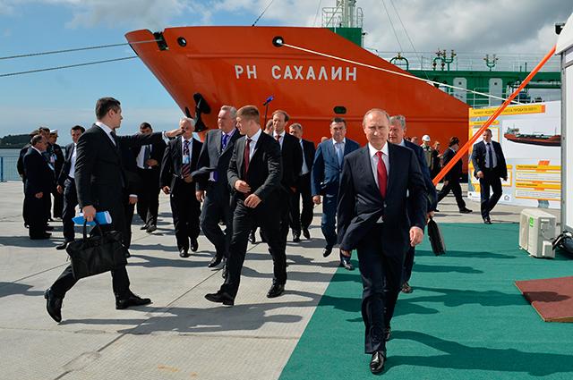Владимир Путин осмотрел танкер ледового класса проекта 00211РН «Сахалин» вовремя посещения судостроительного комплекса «Звезда» вгороде Большой Камень.
