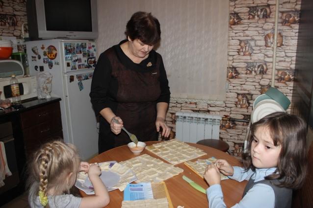 Готовить в семье учат с раннего детсва