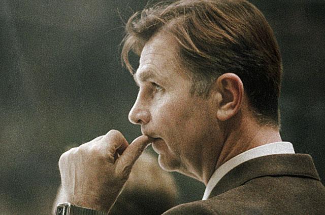 Старший тренер сборной команды СССР по хоккею Виктор Тихонов на XIV зимних Олимпийских играх. 1984 год