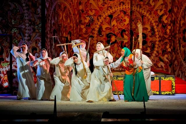 Либретто оперетты «Девичий переполох» основывалось на одноимённой комедии русского драматурга конца XIX века Василия Крылова.