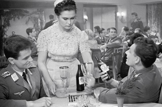 Изольда Извицкая в роли Паши на съемках фильма «Вызываем огонь на себя». 1965 год.