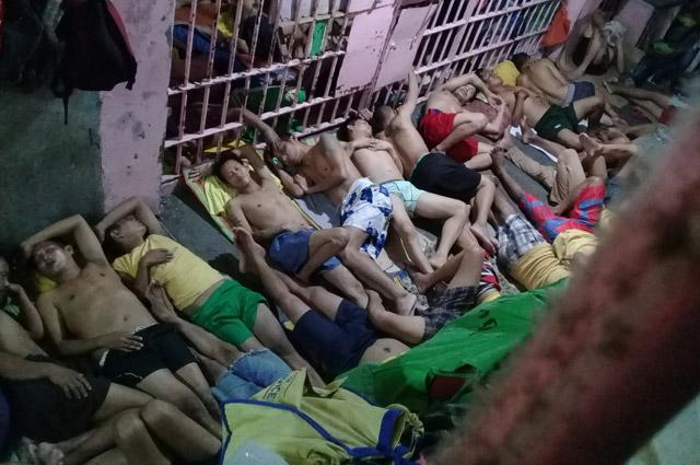 Тем, кому не хватило места в камере, вынуждены ночевать на полу в коридоре.