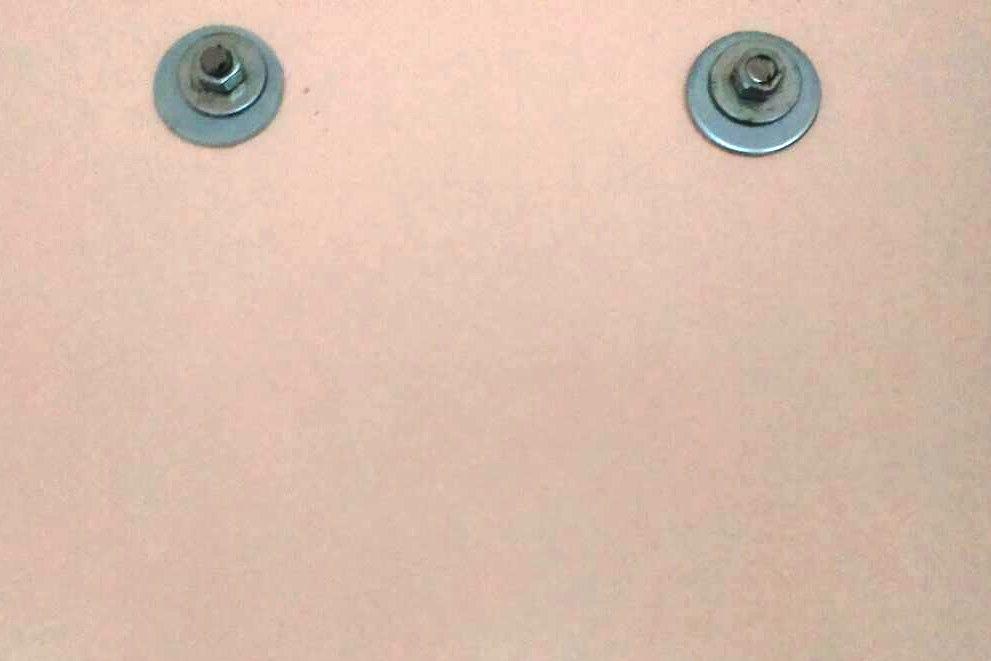 Следы водонагревателя видны через стену