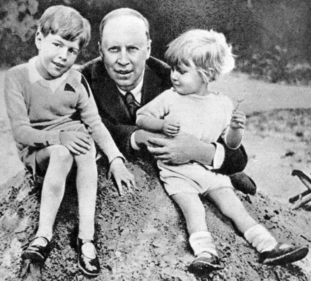 Композитор Сергей Прокофьев с сыновьями Святославом и Олегом (справа). 1930 г.