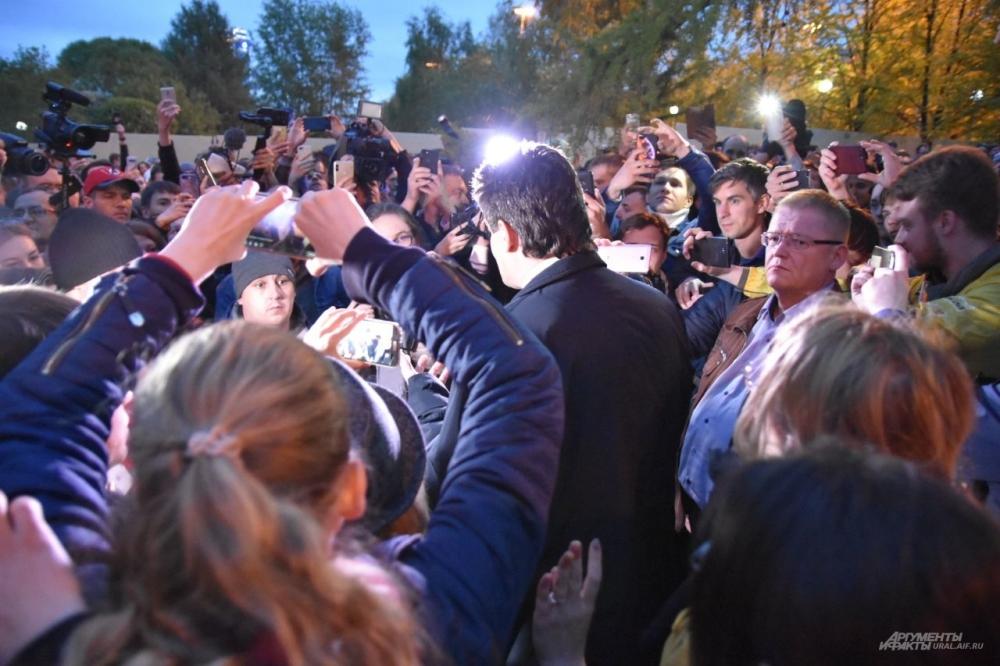 Александра Высокинского окружила толпа