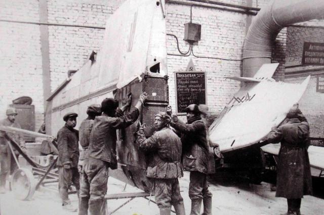 Производство самолетов на заводе № 1 в Куйбышеве, 1942 г.