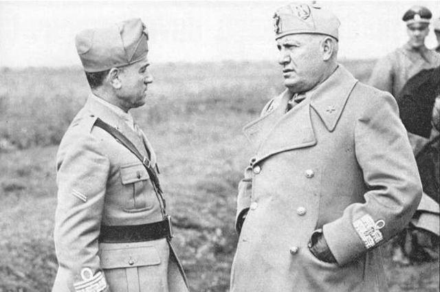 Муссолини беседует с Мессе во время визита диктатора на фронт.