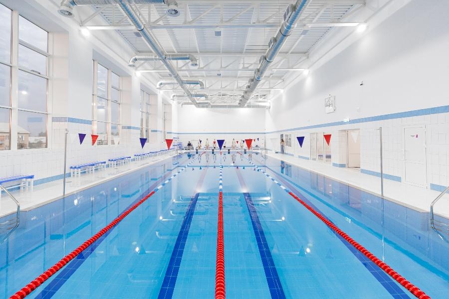 В большом бассейне можно не только заниматься плаванием, но и проводить соревнования.