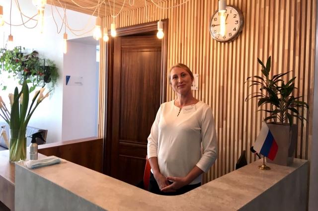 Администратор одинаково радушно встретит как гостей отеля, так и их родственников, приехавших посмотреть, как тут устроились их близкие.
