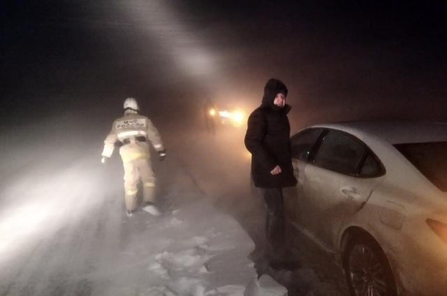 Машины, которые были эвакуированы из кюветов, сопроводили до ближайших населенных пунктов.