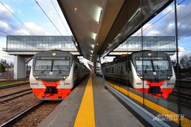 Чтобы зимой пассажиры немёрзли вожидании поезда, навокзале установлены тепловые завесы иинфракрасные обогреватели.