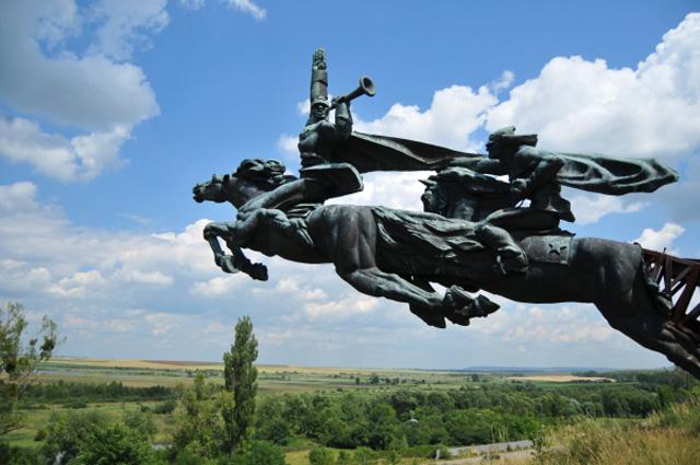 Памятник бойцам Первой конной армии С. Будённого, установленный над автострадой Львов-Киев возле села Хватов недалеко от посёлка Олеско Львовской области