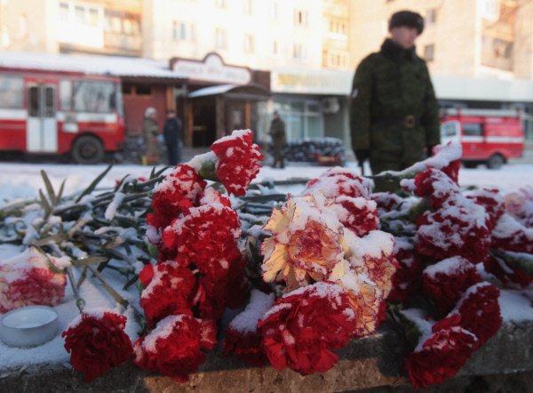 Цветы, которые принесли жители Перми в память о погибших при пожаре в клубе-ресторане Хромая лошадь