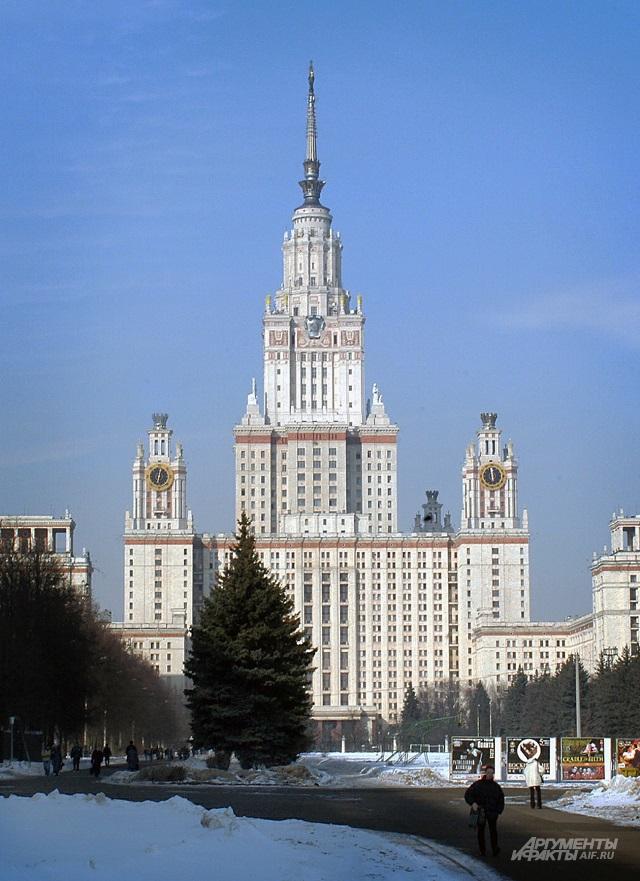 По задумке зодчего, МГУ должна  была венчать фигура Ломоносова.