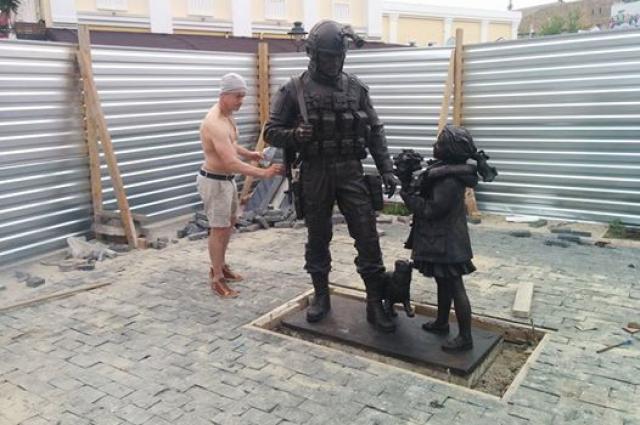 Памятник установлен возле Госсовета Крыма