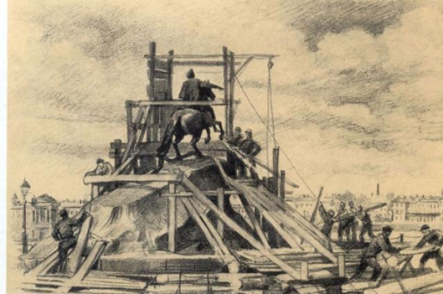 Бронзового императора поставили на огромную скалу.