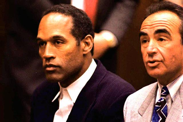 О. Джей Симпсон (слева) в суде.