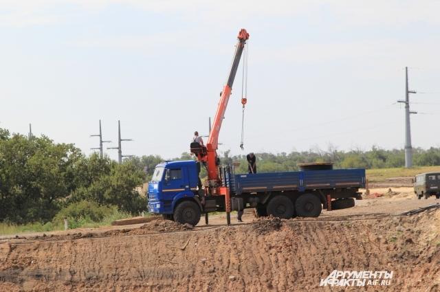 Строители заканчивают обустройство прилегающей территории новой железной дороги.