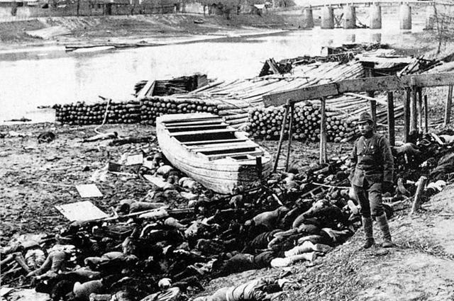 Нанкинская резня. Берег реки, усеянный телами китайцев, расстрелянных японской армией.