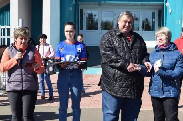 Мэр вручил золотые знаки за сдачу норм ГТО.