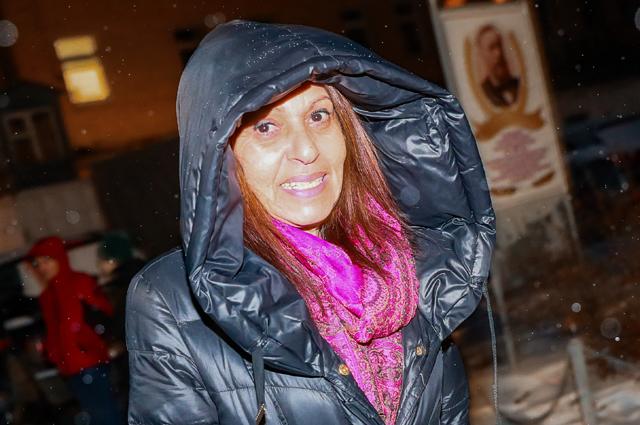 Мать осужденной в России за контрабанду наркотиков и попросившей о помиловании израильтянки Наамы Иссахар Яффа Иссахар у исправительной колонии ИК-1.