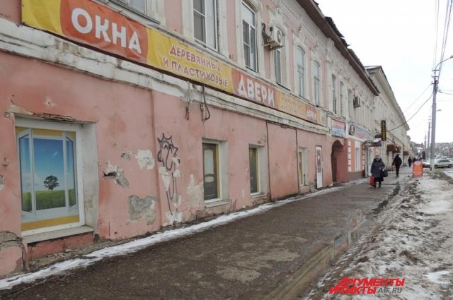 Фасад дома, где живёт Анна Степановна, выглядит обветшалым и потрёпанным.