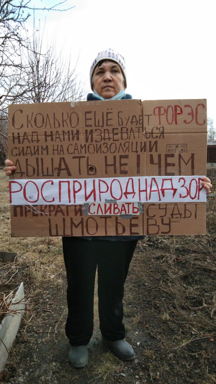 Альбина Савина организовала одиночный пикет прямо у себя на огороде.