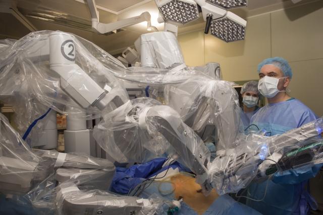 Операцию проводят при помощи робота-хирурга.