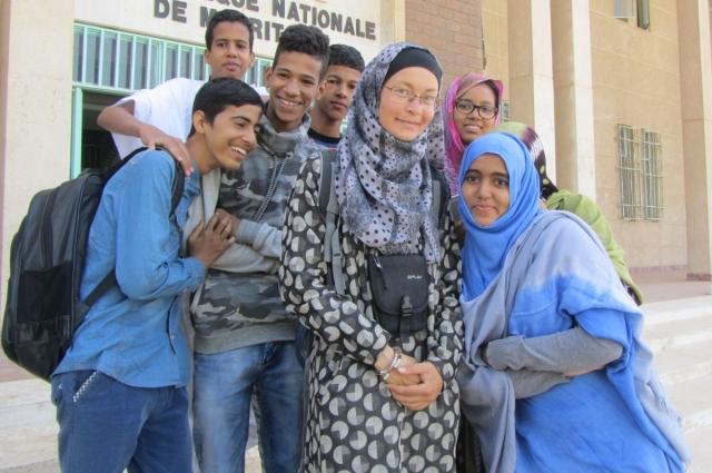 Африканские студенты возле Национальной библиотеки.