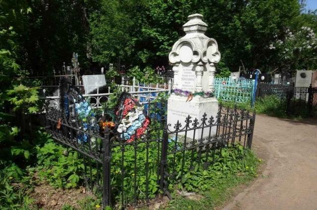 Могила освободителя Освенцима на Арском кладбище Казани.