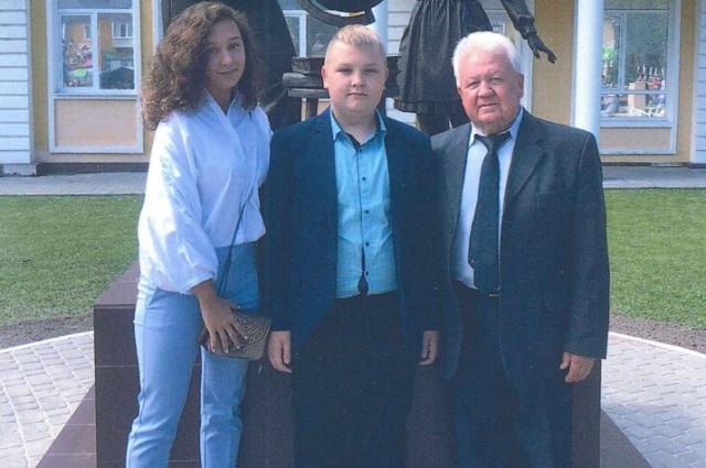 Ю.И. Галдин с внуками Дарией и Дмитрием