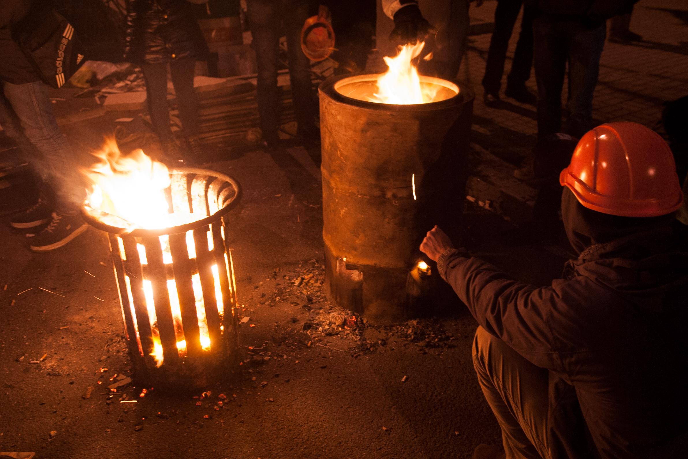 Участники акций протеста греются у костра