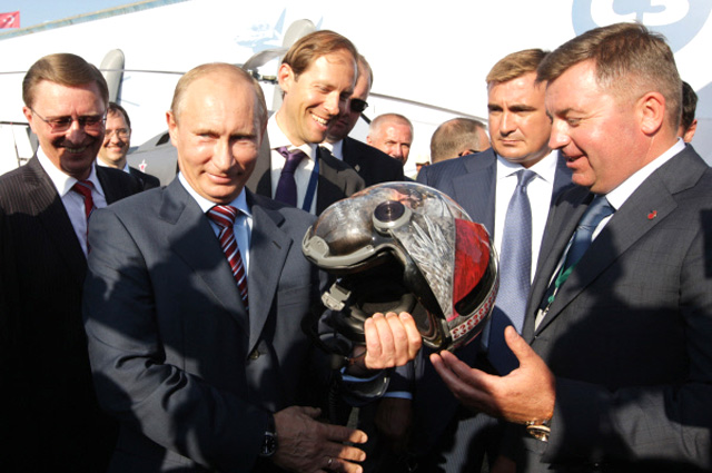Владимир Путин принимает вподарок авиационный шлем надесятом международном авиакосмическом салоне «МАКС-2011».