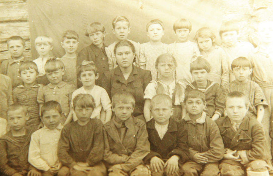 На школьной фотографии Нина Орлова во втором ряду крайняя справа.