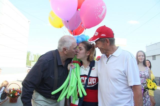 Оба дедушки приехали встречать внучку в аэропорт.