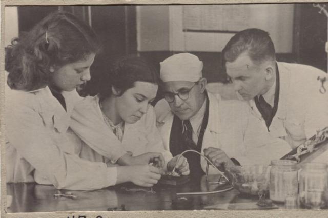 Профессор Н. Синицын наблюдает за опытом Е. Раевской в научном кружке - 1955 г.