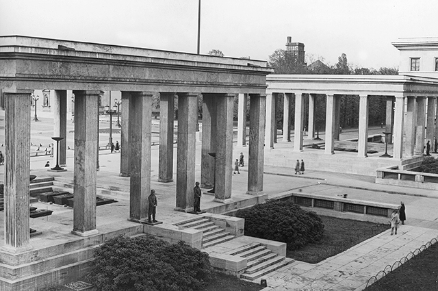 Храм почёта на площади Кёнигсплац в Мюнхене, возведённый в память о погибших участниках пивного путча 1923 года