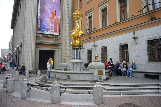 Фонтан «Принцесса Турандот» на Арбате, перед зданием театра Вахтангова.