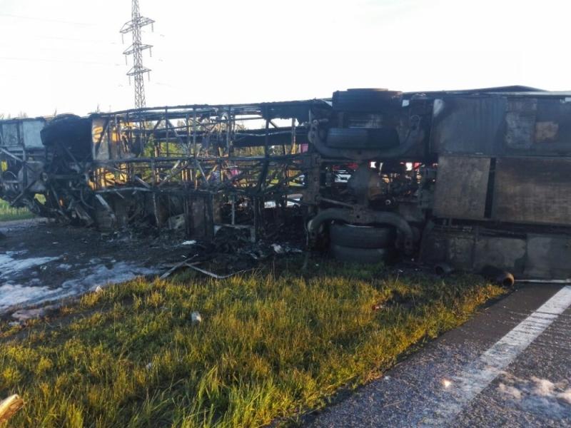 Огонь полностью уничтожил автобус.
