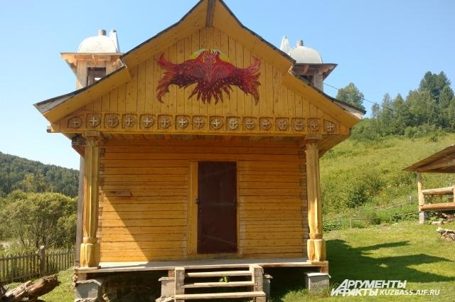 На фасаде храма красуется огненный орел.