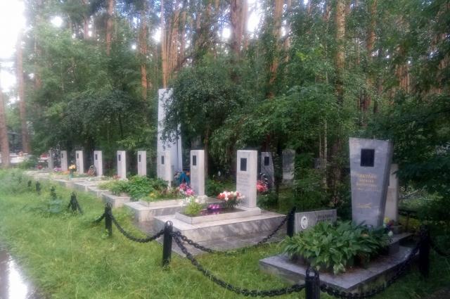 Могилы свердловских летчиков на Широкореченском кладбище