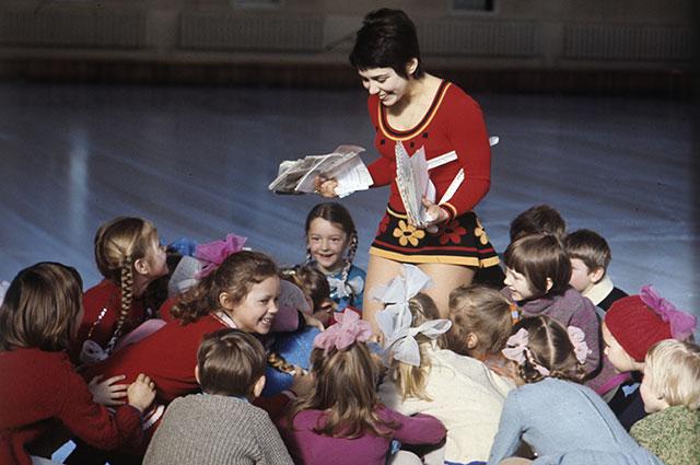 Ирина Роднина с юными фигуристами, 1973 г.