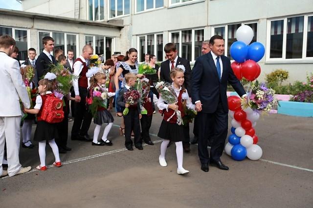 Мэр окончил красноярскую школу № 10.