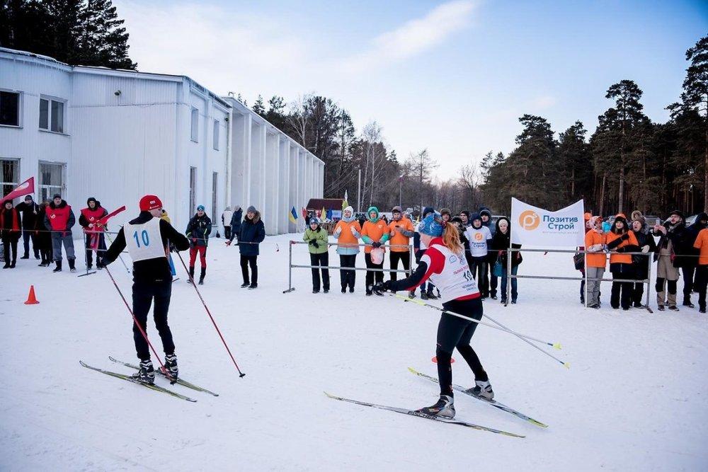 В лыжном забеге соревновались 13 команд.