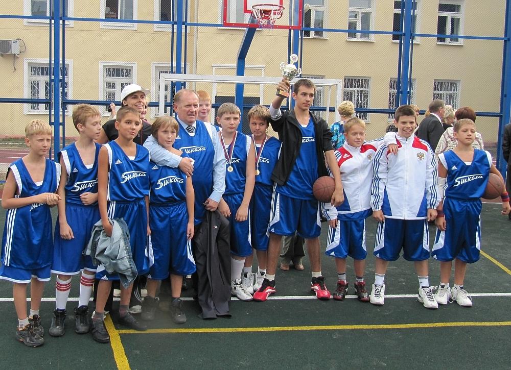 Когда в школе открывали новую спортивную площадку, директору подарили майку с номером 1 и первому дали бросить мяч.