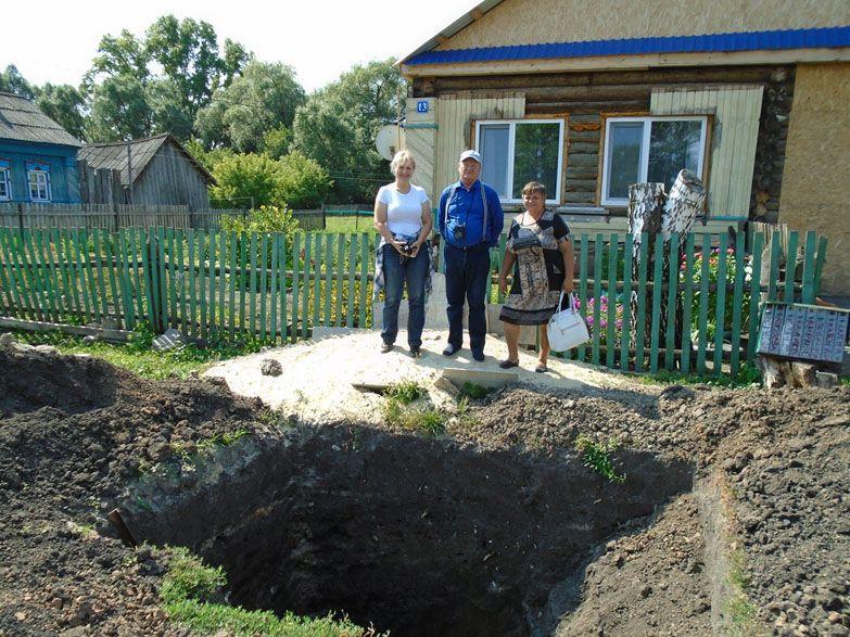 Юрий Семыкин и школьные учителя села Кротково у ямы, в которой была обнаружена кладка горна для обжига кирпича. Август 2018 г.