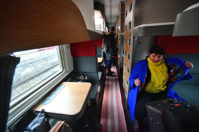 Пассажиры в модернизированном плацкартном вагоне поезда Москва - Анапа.