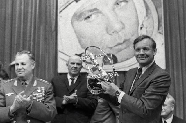 Нил Армстронг получает подарок от советских космонавтов.