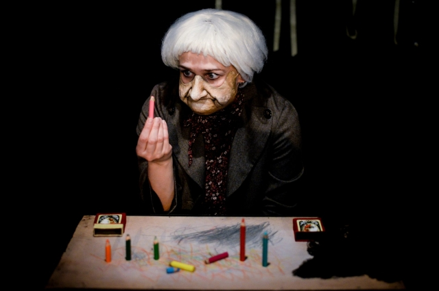 Облик бабушки создаётся вполне театральным способом.